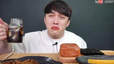 """""""深渊巨口""""!小哥一口吃掉半个火腿,但还是被火鸡面辣怂了!"""