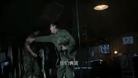 其他兵要收拾参谋长的遗物,被雷克鸣轰了出去:他没死!