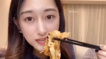 【吃不饱的晴子】20191204最新一期搬运:红油面皮+蒸鸡+爆浆小贝+黑森林蛋糕+乳酪蛋糕