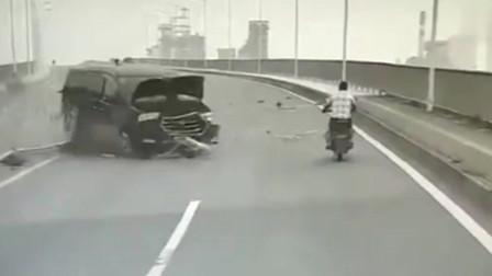 监控:面包车撞入对向车道,摩托车小伙机智躲闪,晚一秒命就没了!