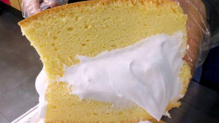 【韩国街头美食】台式戚风蛋糕,再抹上厚厚的奶油。