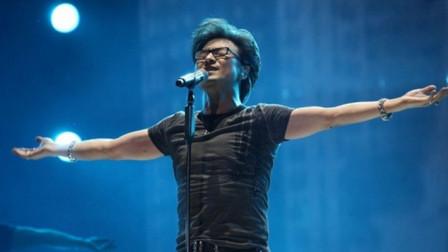 汪峰演唱会一首《在雨中》,嗓音独特自带穿透力,全场歌迷为他疯狂!