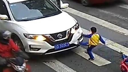 母子斑马线上被撞飞 孩子起身怒踹肇事车