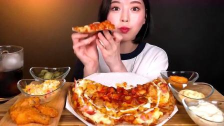 漂亮小姐姐吃芝士培根披萨搭配炸鸡,太有口福了吧