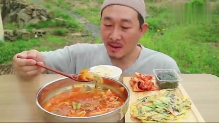 韩国农村大叔的一顿饭,吃猪肉泡菜汤、蔬菜鸡蛋饼、辣白菜,真香