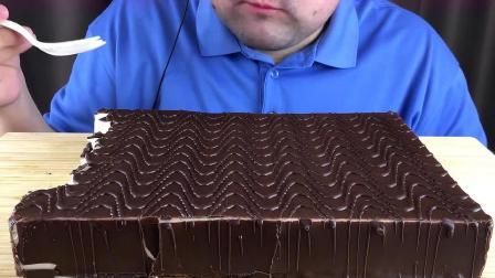 胡子小哥吃超级大的巧克力脆皮奶油舒芙蕾蛋糕,感觉超级腻啊