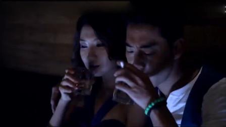 姑娘陪老板喝酒,抵制不住金钱的诱惑,和老板热吻在一起