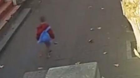 男童慌忙奔走,频频回头似在躲避什么,协警一眼看出异常