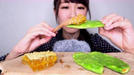 生仙人掌配蜂巢蜜,吃起来是什么感觉呢?看小姐姐的表情就知道啦