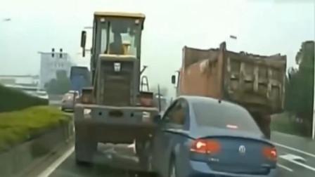 蓝色轿车司机作死抢道随意变换车道,下秒果然付出了惨痛的代价