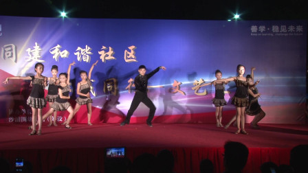 气质男老师与学生表演拉丁舞 舞姿太美