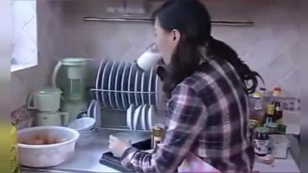保姆给准备早餐,每次自己先把牛奶喝一部分,再给他们加上水