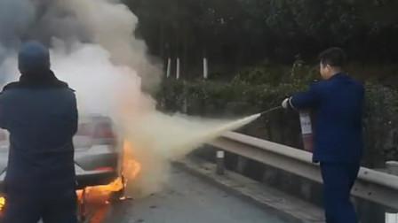 消防队长出差回来路遇车祸 徒手拎灭火器上前救援