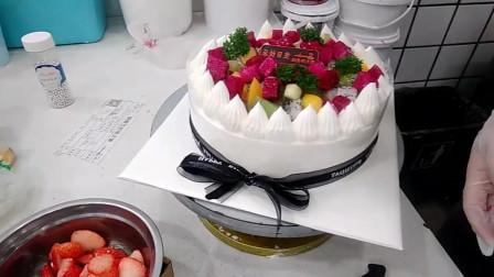 好漂亮的一款黑彩带水果蛋糕,蛋糕上的火龙果搭配的好漂亮!