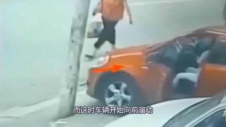 汽车突然后溜,女司机竟以脚当刹车,下一秒让人心疼!