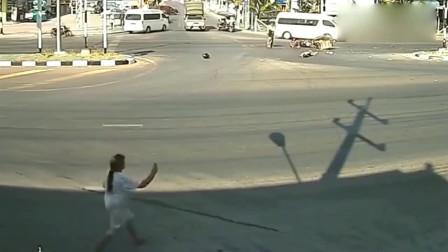 """监控:路口发生惨烈车祸,画面""""太惨"""",以后还是不要超速了"""
