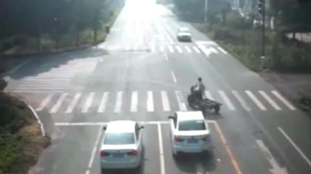 """监控:不守规矩的三轮车,一声巨响后男子""""愣""""在当场"""