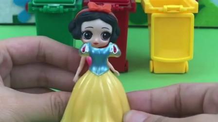 看看垃圾桶里有什么吧,是白雪公主,给她穿上新衣服吧