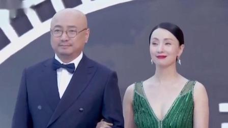 徐峥陶虹踏上红毯登场,夫妻俩携手登场笑容满面 海南岛电影节闭幕式 20191208