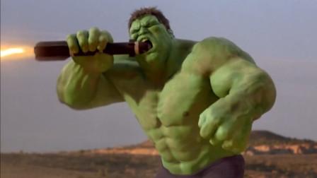众人发射攻击绿巨人,不料绿巨人一把接住,还用嘴去咬