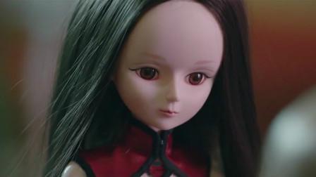 小玩偶在主人死后复活,继承了主人的生前记忆,一部奇幻爱情电影