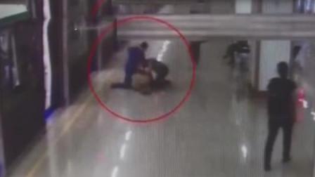 江苏:地铁内不让座,50多岁老人被殴打,险些送进ICU
