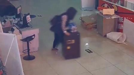 江苏:女子想给家里减轻负担,竟选择盗窃,推着保险柜满街跑