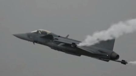 瑞典JAS-39鹰狮战斗机在跑道上360度掉头,优异的综合性能轻型战机