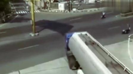十字路口发生惨烈车祸,要不是监控,大货车真的说不清楚了
