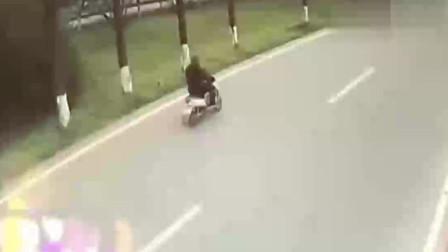 要不是监控,摩托车男子怎么也想不到自己会被一只飞来的轮胎砸死了