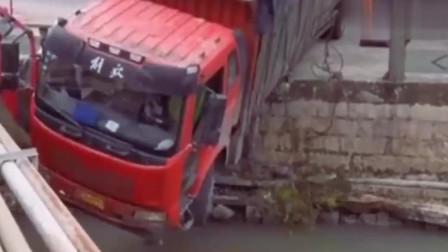 司机是个人才,把车开成这样了!要不是监控拍下谁信