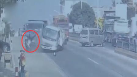 惊险!福建一货车司机没系安全带 撞车瞬间飞出窗外险被碾