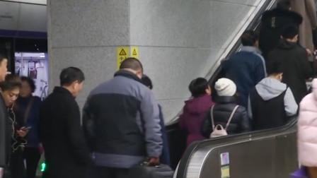 """老人电梯上摔倒挤倒众人 小伙奋力肩扛""""人墙"""""""