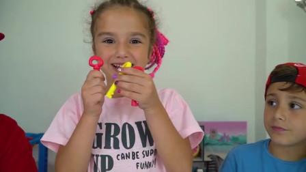 萌娃小可爱们得到了一盒美丽的宝石还有钥匙,小家伙们找来妈妈一起研究,萌娃:宝宝还是没搞明白