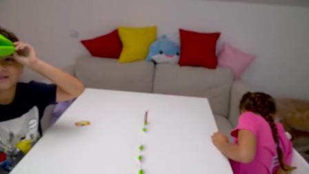 萌娃小可爱们在比赛找昆虫!小家伙真是棒棒哒!萌娃:我找到了!