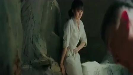 孤男寡女被困山洞,美女突然想上厕所