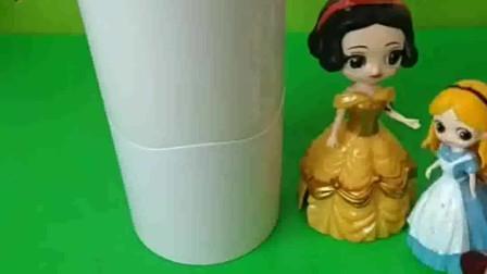 白雪公主的快递到了,她买了一个杯子,白雪想要送给谁呢?