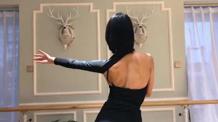 专业拉丁舞者的后背,差距不是一点点,太柔美了!