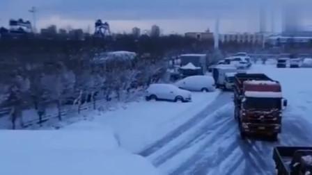 新疆乌鲁木齐大雪封路,司机跑车太辛苦了!