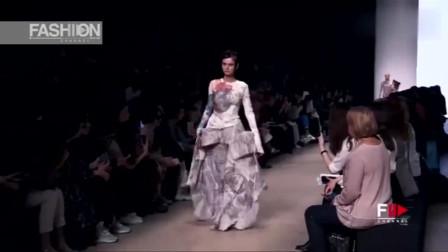 时装秀:这衣服宛如彩绘一般,神秘的暗纹,尽显潮流不凡!