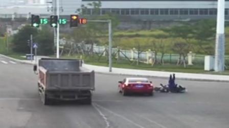 【重庆】电动车闯红灯被轿车撞翻 监控拍下事发瞬间