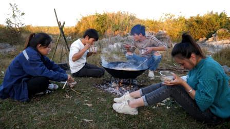 两小伙邀表妹出来野炊,这次可不是吃鱼那么简单了,一锅的美味