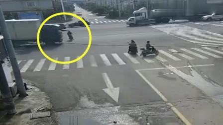 大叔骑车在路上不急不慢,下秒大货车司机刹不住车,惨剧了