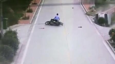 男子作死慢悠悠过马路,下秒真是害惨了面包车小伙,画面不堪入目