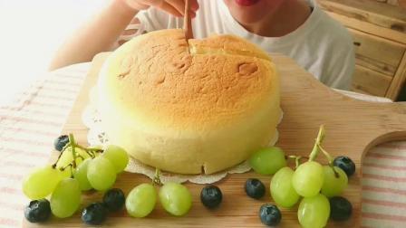 小姐姐吃轻盈日式海绵芝士蛋糕,软绵绵的咀嚼音也太棒了吧