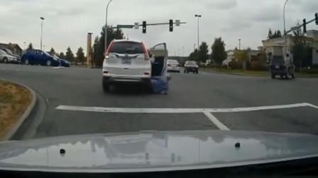 女子真是个路怒症,一时生气弃车离去,下秒果然出大事了
