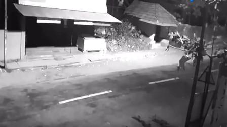监控实拍灵异事件,你能看出来是什么攻击了骑摩托的人吗?