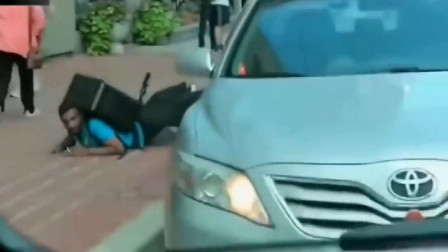 小伙作死敲打出租车司机窗户,不料出租车司机是个硬茬,果然惨了