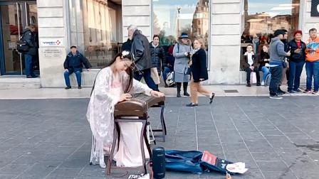 中国姑娘国外弹奏古筝,老外纷纷驻足围观,国乐的魅力太强了