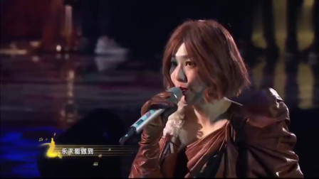 郑秀文和观众互动表示兴奋,演唱《终身美丽》尽显魅力女人味!